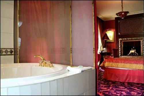 Chambre d'hôtel en journée avec jacuzzi