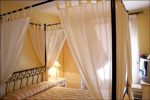 Chambre d'hôtel en journée au calme