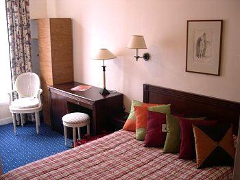 Une chambre d'hôtel en journée dans le 20e Tamaris