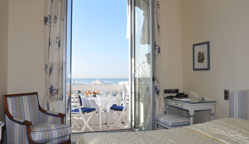 Chambre d'hotel en journée face à la mer