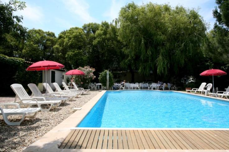 Hotel journée-Arles dans une piscine extérieure