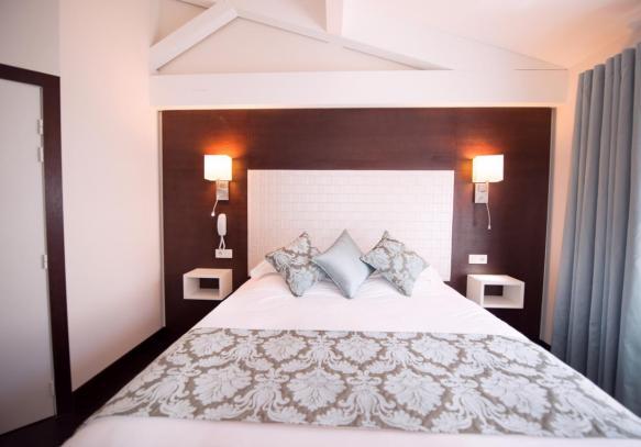 Chambre d'hôtel en journée à Cannes